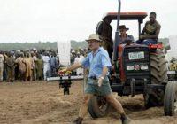 Zimbabwe : Un premier fermier blanc reprend possession de ses terres